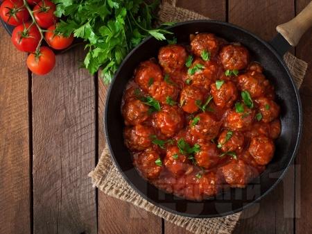 Малки сочни телешки кюфтенца с доматен сос и магданоз на тефлонов тиган с незалепващо покритие - снимка на рецептата